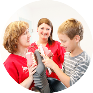 Die Kontrolle der Kinderzähne durch den Zahnarzt kann im Alter vor Parodontose schützen